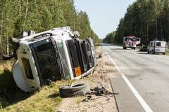 czołowy karambol Volvo i ciężarówka z tankowem dla transportu benzyna , w Latvia na A9 drodze, Sierpień 17, 2018 zdjęcia stock