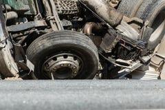 czołowy karambol Volvo i ciężarówka z tankowem dla transportu benzyna , w Latvia na A9 drodze, Sierpień 17, 2018 obrazy royalty free