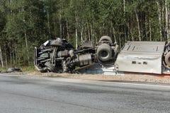 czołowy karambol Volvo i ciężarówka z tankowem dla transportu benzyna , w Latvia na A9 drodze, Sierpień 17, 2018 zdjęcie royalty free