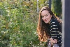 Czołowy portret długowłosa brunetka w jesieni miasta parku Fotografia Royalty Free