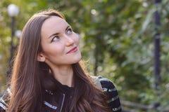 Czołowy portret długowłosa brunetka w jesieni miasta parku Obraz Stock