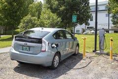 Czopuje wewnątrz hybryd przy elektrycznego samochodu stacją zdjęcie royalty free