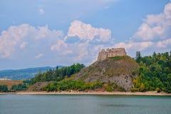 Czorsztyn城堡和人为Czorsztynskie湖风景看法在南波兰 免版税库存图片