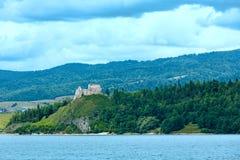 Czorsztyn城堡夏天视图(波兰)。 免版税库存照片