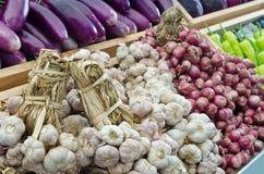 Czosnek, cebula i purpurowy eggplan w supermarkecie, Fotografia Stock