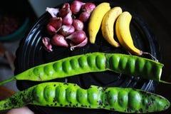 Czosnek i cebula jesteśmy jeden ziele robić pikantności podczas gdy gotujący w kuchni obrazy stock
