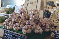 Czosnek i warzywa na sprzedaży w rynku w Le Touquet, Pas de Calais, Francja zdjęcia stock