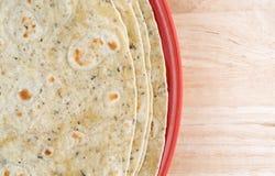 Czosnek i ziele doprawialiśmy tortilla opakunki na talerzu Zdjęcie Royalty Free
