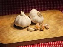 Czosnek na stole z czerwonym tablecloth Fotografia Royalty Free