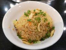 Czosnek smażył ryż z warzywami na wierzchołku w białym pucharze - Japoński jedzenie fotografia royalty free
