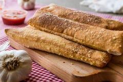 Czosnków chlebowi kije z pomidorowym kumberlandem i parmesan serem zdjęcie royalty free