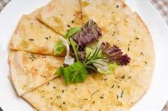 3936909 czosnków pita chlebowa pizza z sałatką na wierzchołku Obrazy Stock