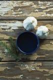Czosnku żarówki, rozmaryny i olej na drewnianym stole, Obrazy Royalty Free