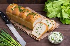 Czosnku chleb z serem i ziele na drewnianym tle Odgórny widok Zakończenie Obrazy Royalty Free