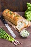 Czosnku chleb z serem i ziele na drewnianym tle Odgórny widok Zakończenie Zdjęcie Royalty Free