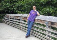 Czterdzieści dwa yearold Kaukaskiego mężczyzny pozuje na drewnianym moście w Waszyngtońskim Parkowym arboretum, Seattle, Waszyngt obrazy royalty free