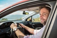 Czterdzieści lat caucasian mężczyzna jedzie samochód zdjęcie royalty free