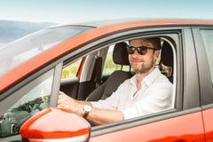 Czterdzieści lat caucasian mężczyzna jedzie samochód obrazy royalty free