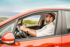 Czterdzieści lat caucasian mężczyzna jedzie samochód zdjęcie stock