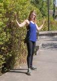 Czterdzieści pięć rok stara sportowa kobieta pozuje w Snoqualmie parku na wschód od Seattle, zdjęcie royalty free
