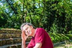 Czterdzieści rok dorosłej mienie głowy na średniowiecznych krokach wzdłuż wody zdjęcia royalty free