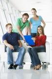 czterech ludzi kuluarowi schowka wskazuje się uśmiecha Zdjęcia Stock