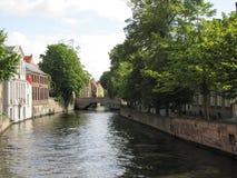 czternastego wieka kanał w średniowiecznym Bruge, Belgia, z nowożytnymi łodziami obrazy stock