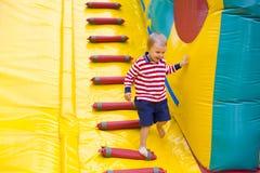 Czteroletni dzieciak bawić się na trampoline Fotografia Royalty Free
