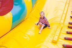 Czteroletni dzieciak bawić się na trampoline Obrazy Royalty Free