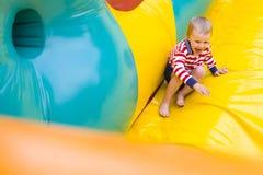 Czteroletni dzieciak bawić się na trampoline Obraz Royalty Free