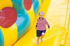 Czteroletni dzieciak bawić się na trampoline Obraz Stock