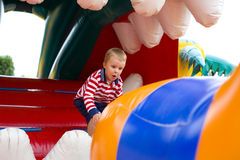 Czteroletni dzieciak bawić się na trampoline Zdjęcia Royalty Free