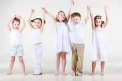 Cztery ślicznej małej dziewczynki i jeden chłopiec chwyt na rękach up zdjęcia stock