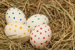 Cztery łaciastego Easter jajka na sianie Fotografia Stock