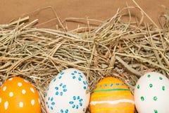 Cztery łaciastego Easter jajka na sianie Zdjęcia Royalty Free