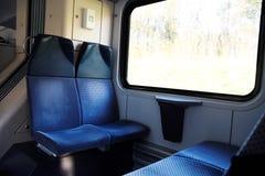 Cztery błękitnego siedzenia stawia czoło each inny w nowożytnym europejczyka pociągu Zdjęcie Royalty Free