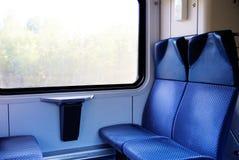Cztery błękitnego siedzenia stawia czoło each inny w nowożytnym europejczyka pociągu Fotografia Stock