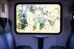 Cztery błękitnego siedzenia stawia czoło each inny w nowożytnym europejczyka pociągu Zdjęcia Royalty Free