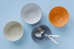 Cztery barwili czystych pustych ceramicznych puchary zdjęcie stock