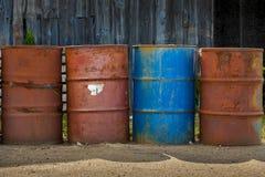 Cztery baryłki paliwo lub substancje chemiczne. Zdjęcie Royalty Free