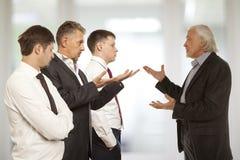Cztery biznesmen próbuje przychodzić zgoda Obraz Stock