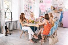 Cztery bizneswomanu ma nieformalnego spotkania w ładnym bufecie obraz royalty free