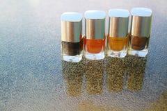 Cztery butelki gwoździa połysk na stole Zdjęcia Stock