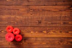 Cztery czerwonej świeczki na brown drewnianym stole Obrazy Royalty Free
