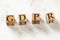 Cztery drewnianego sześcianu z listami GDPR znaczy Ogólnego ochrona danych przepis na białym działaniu wsiadają fotografia royalty free