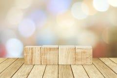 Cztery drewnianego sześcianu na perspektywicznym drewnie nad plama abstrakta backgro Obraz Stock