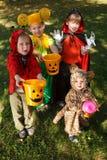 Cztery dzieciaków częstowanie lub sztuczka Fotografia Royalty Free