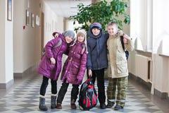 Cztery dzieciaków szkolna poza dla fotografii przy szkołą zdjęcie royalty free
