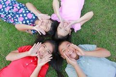 Cztery dzieciaka ma zabawę w parku Zdjęcia Stock
