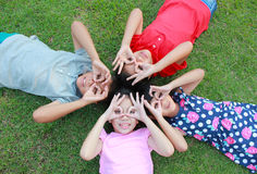 Cztery dzieciaka ma zabawę w parku Fotografia Stock